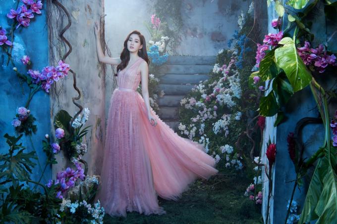 Bộ sưu tập có sự xuất hiện của hoa hậu Đăng Thu Thảo - Đại sứ thương hiệu thời trang Elise nhiều năm nay. Hoa hậu Thu Thảo khoe nhan sắc sáng bừng lộng lẫy trong thiết kế đầm dài tôn dáng.