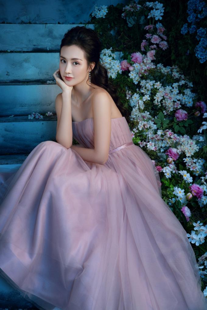 Người đẹp Helly Tống quyến rũ đầy mê hoặc với đầm cúp ngực. Chiếc váy được thiết kế cắt cúp tạo form hoàn hảo khiến các tín đồ thời trang không thể rời mắt.