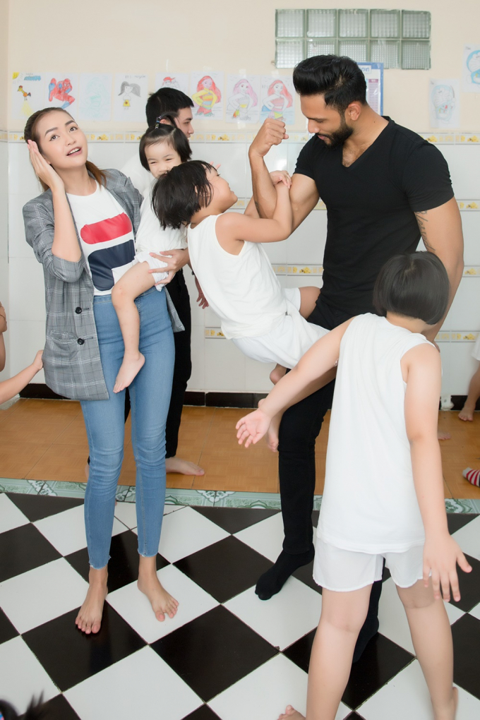 Hoa hậu Hải Dương cùng Minh Tú, Ngọc Châu đến thăm các em mồ côi tại mái ấm tình thương