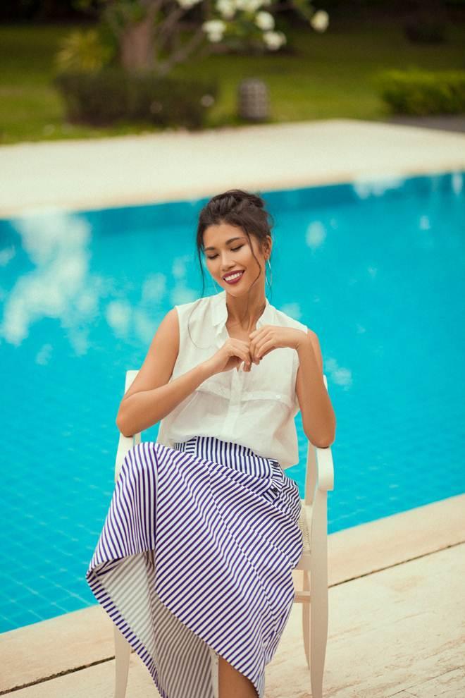 Bộ ảnh được thực hiện tại hồ bơi nhà cô, căn biệt thự riêng ở quận 9.Siêu mẫu Trang lạ được biết đến với phong cách thời trang ấn tượng, cá tính.