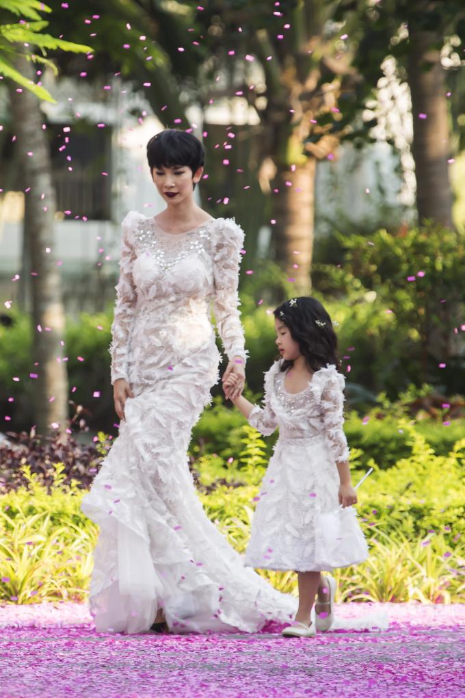Xuân Lan và bé Thỏ diện đầm trắng làm vedette cho Văn Thành