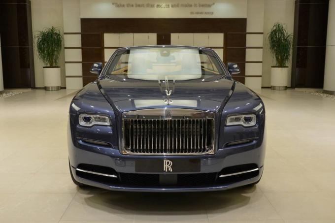 Chiếc Rolls-Royce này hiện được trưng bày trong showroom của hãng tại Abu Dhabi.