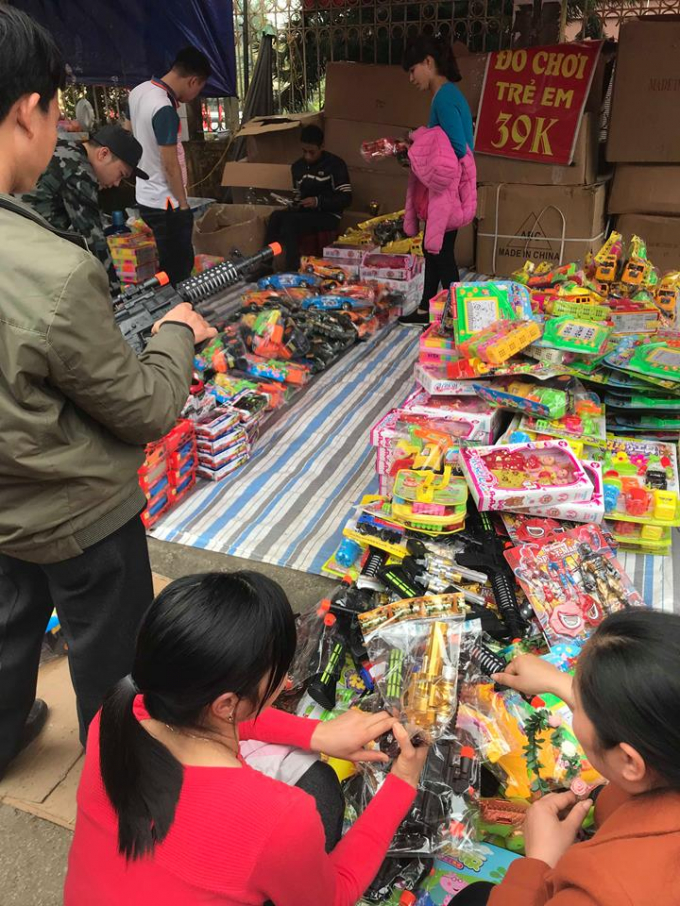 Nhiều đồ chơi bạo lực bày bán tại lễ hội.