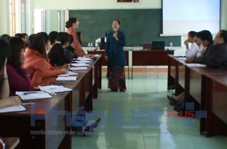 Cô Hà làm việc với các giáo viên về mô hình giáo dục mở.