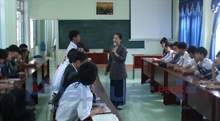 Cô Lê Thị Thanh Hà trải nghiệm 2 tiết trên lớp tại trường THPT Trần Quốc Tuấn (Kon Tum). Ảnh NVCC.