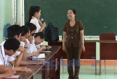 Cô Thanh Hà thực nghiệm 2 tiết giáo dục mở tại trường THPT Trần Quốc Tuấn (huyện Đăk Hà, tỉnh Kon Tum). Ảnh NVCC.