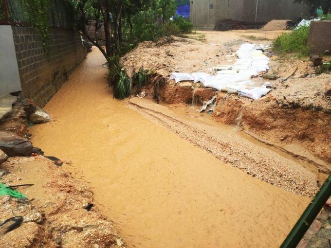 Bùn đất do mưa lớn xả xuống gần khu vực nhà ở của dân