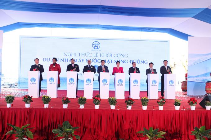 Ông Nguyễn Đức Chung - Chủ tịch UBND TP cùng các vị quan khách bấm nút khởi công nhà máy nước mặt sông Đuống