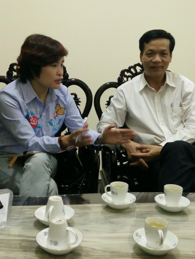 PV trao đổi với ông Nguyễn Chí Thiết, Trưởng phòng TNMT huyện Yên Lạc.