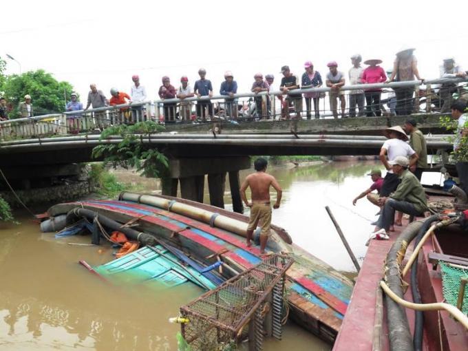 Tàu cá của ngư dân huyện Giao Thủy bất ngờ trôi khỏi bến neo đậu, lật úp chắn ngang dòng sông Cồn Nhất.