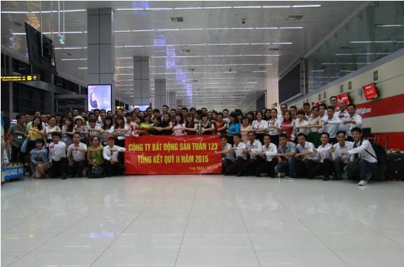 Cán bộ, nhân viên công ty Bất động sản Tuấn 123 trong lễ tổng kết cuối năm.