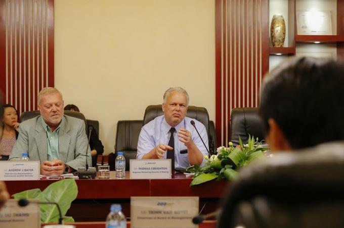 Ông Thomas Creighton%2c Giám đốc Marketing Khu vực Châu Á Thái Bình Dương của Boeing thuyết trình về công năng của hai loại máy bay được FLC lựa chọn.