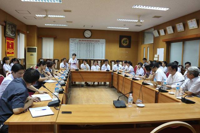 Tổng hội Y học Việt Nam thăm các Bác sỹ và cán bộ y tế khoa Hồi sức tích cực - đơn nguyên thận nhân tạo Bệnh viện đa khoa tỉnh Hoà Bình