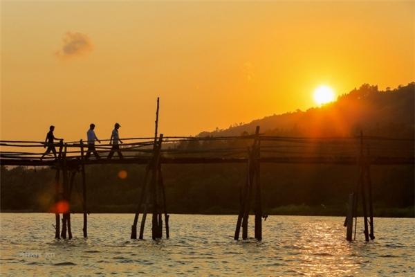 Hơn nữa vào buổi chiều thì cây cầu là điểm ngắm hoàng hôn tuyệt vời (Ảnh internet)