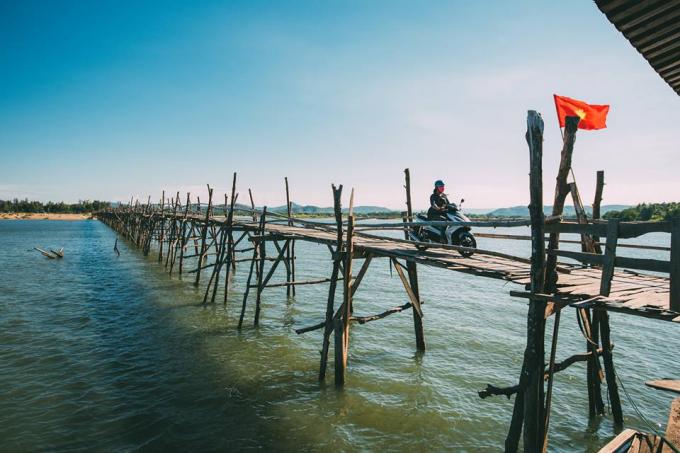 Cây cầu được gây dựng từ năm 1998 với tổng giá trị hơn 1 tỷ đồng. Cây cầu được dựng nên chủ yếu là ván gỗ cây phi lao.