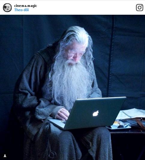 Phù thủy áo xám Gandalf đang check email trong lúc nghỉ giải lao giữa hai cảnh quay.