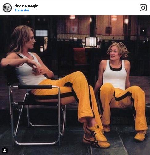 """Bức ảnh ghi lại khoảnh khắc nữ minh tinh Uma Thurman trò chuyện với diễn viên đóng thế của mình, khi đang quay bộ phim """"Kill Bill""""."""