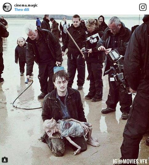 Đằng sau cảnh quay về cái chết của gia tinh Dobby trong seri phim Harry Potter.