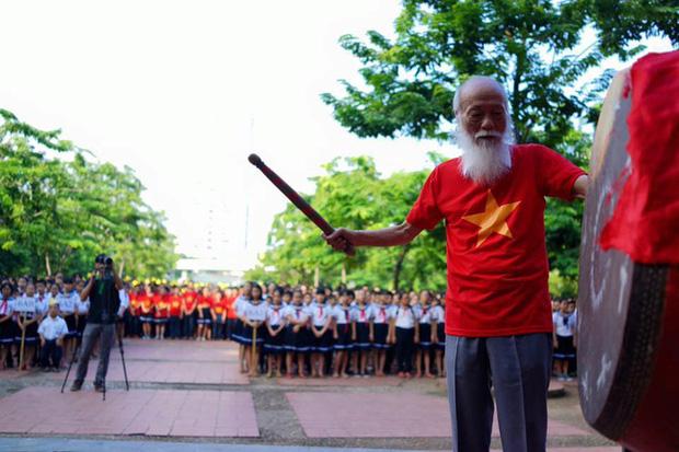 PGS Văn Như Cương đánh trống khai giảng năm học mới.