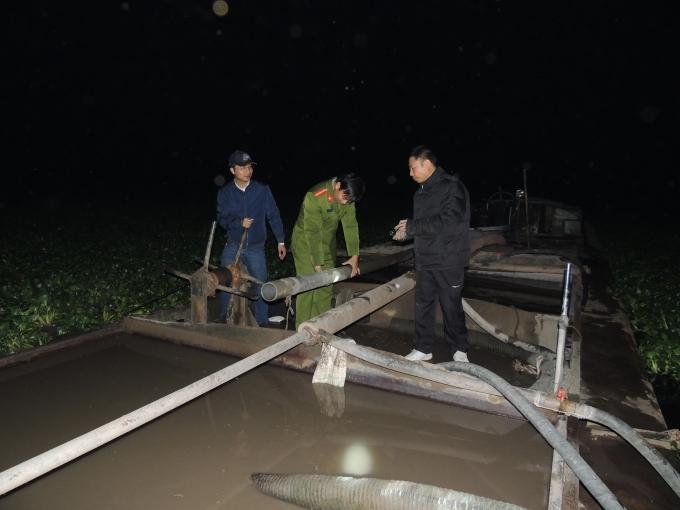 Tàu hút cát trái phép của Trần Thị Hường bị thu giữ. Ảnh Công an Hà Nam.