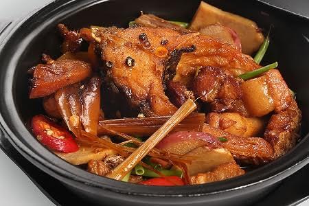 Những nồi cá kho rao bán tràn lan trên mạng, được quảng cáo chế biến từ nguyên liệu là cá trắm đen thơm ngon.