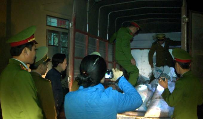 Lực lượng chức năng kiểm tra tang vật vụ án.