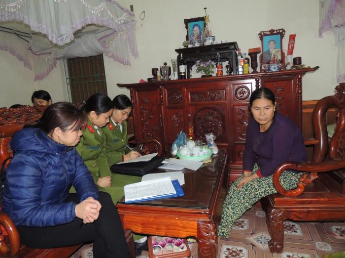 Cơ quan Công an lập biên bản vi phạm đối với bà Trần Thị Lan. Ảnh Công an Hà Nam