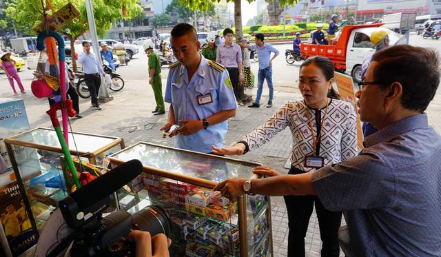Phó Chủ tịch UBND quận 10 Nguyễn Thị Thu Nga kiểm tra tình hình lấn chiếm vỉa hè ở khu vực chợ gần vòng xoay Lý Thái Tổ.