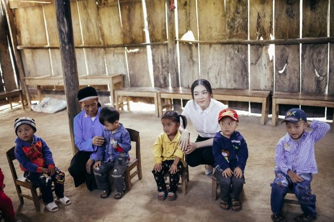 Hình ảnh ngôi trường cũ lợp bằng gỗ nứa đơn sơ.