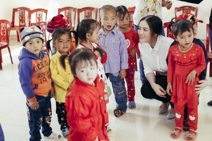 Lý Nhã Kỳ vui đùa cùng các em nhỏ Khau Sớ - Hà Quảng.