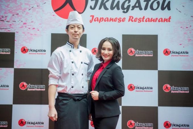 Ảnh Thu Phượng chụp với đầu bếp và doanh nhân người Nhật