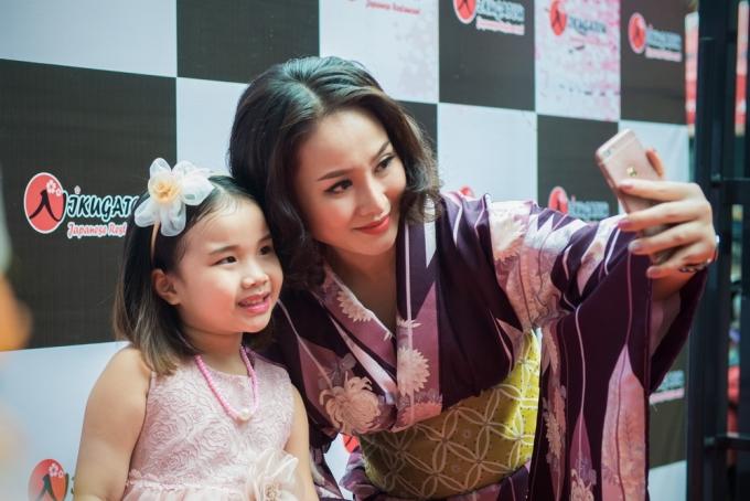 Ca sĩ Thu Phựng và con gáirạng rỡ chụp ảnh selfie