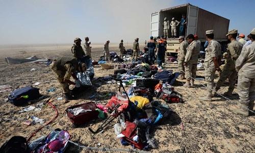 Hành lý của hành khách đang được các binh lính thu dọn. (Ảnh: AP)