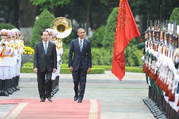 Chủ tịch nước Trần Đại Quang và Tổng thống Mỹ Barack Obama trong lễ đón tại Phủ Chủ tịch.