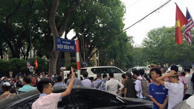 Đường Điện Biên Phủ đông kín người dân. Quốc kỳ 2 nước Việt - Mỹ được cắm dọc con đường. (Ảnh: Dân trí)