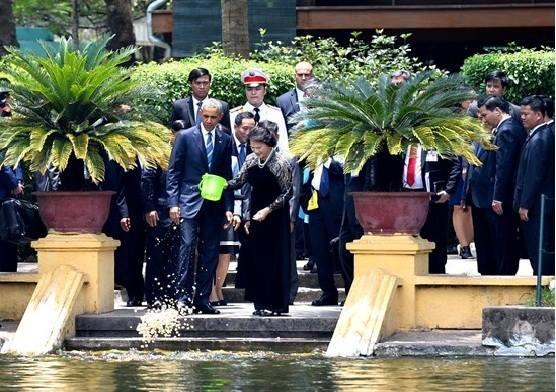 Tổng thống Obama cùng nữ Chủ tịch Quốc hội Việt Nam đã cùng cho cá ăn tại ao cá Bác Hồ.
