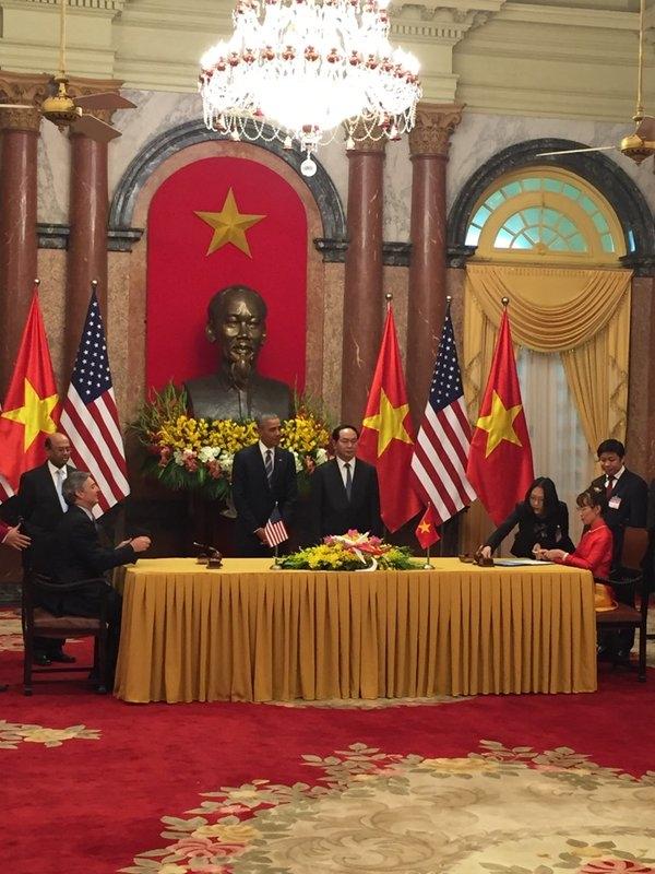 Tổng thống Obama và Chủ tịch nước Trần Đại Quang trong buổi ký kết. (Ảnh:CNN)