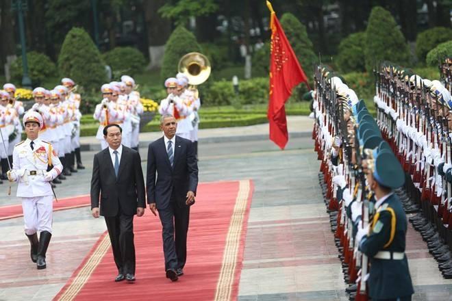 Chủ tịch nước Trần Đại Quang và Tổng thống Obama duyệt đội danh dự tại Phủ Chủ tịch.