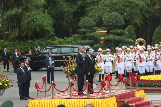 Chủ tịch nước Trần Đại Quang và Tổng thống Obama bước lên bục chào cờ. Quân nhạc cử Quốc ca Mỹ. Tổng thống Obama nghiêm trang đặt tay lên trái tim. Tiếp đó, quân nhạc cử Quốc ca Việt Nam.