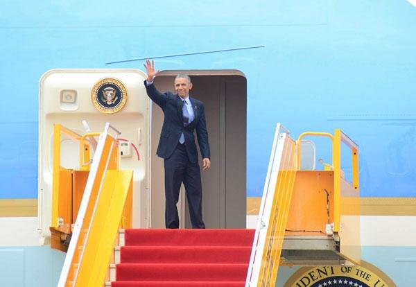 Tổng thống vẫy tay chào tạm biệt Việt Nam. (Ảnh: Vieetnamnet)