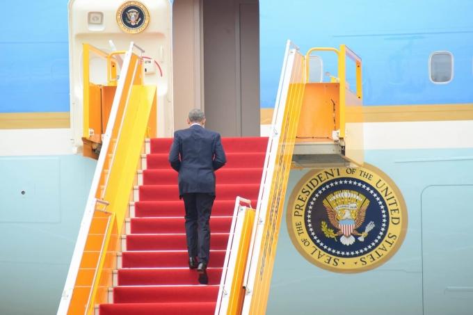 Tổng thống Obama lên máy bay chuẩn bị sang Nhật. (Ảnh: Vietnamnet)