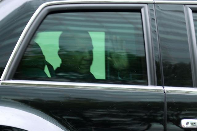 Tổng thống Obama vẫy tay chào người dân hai bên đường. (Ảnh: Dân trí)