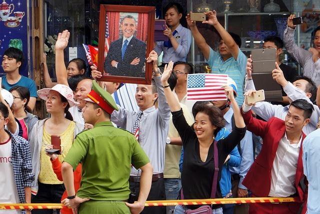 Người dân Sài Gòn vẫy tay chào tạm biệt Tổng thống. (Ảnh: Dân trí)