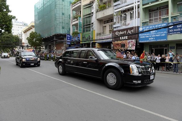 Dọc theo tuyến đường ra sân bay, người dân đứng hai bên đường chào Tổng thống.