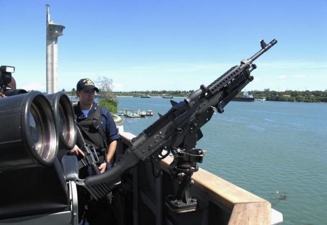 Máy súng được gắn trên tàu khu trụcUSS Momsen của Mỹ. (Ảnh: Reuters)