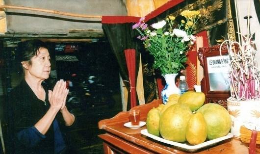 Bà Lê Thu Khuê trước bàn thờ em trai.