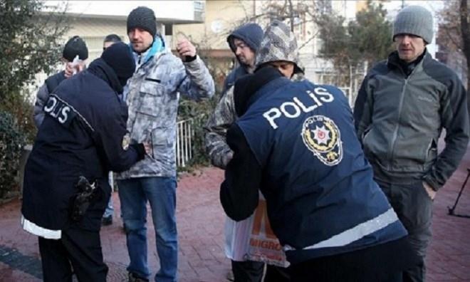 Cảnh sát Thổ Nhĩ Kỳ khám xét người ra vào khu phố có Đại sứ quán Nga ở Ankara.