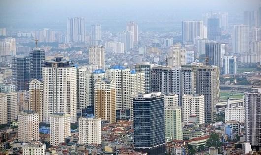 Việc xây dựng các khu chung cư cao tầng dày đặc trong nội đô khiến cho giao thông Hà Nội liên tục ùn tắc. (Ảnh minh họa/Zing.vn)