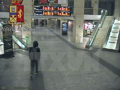 Nghi phạm Anis Amri (trái) tại nhà ga trung tâm thành phố Milan, Italy rạng sáng 23/12.
