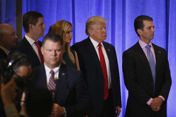 Ông Trump xuất hiện với các người con trưởng thành của mình,Ivanka, Donald Jr và Ericvà phó tổng thống Mike Pence. (Ảnh: Reuters)